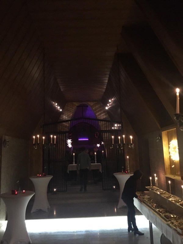 Kerzen und gedämpftes Licht sorgen für eine schöne Atmosphäre