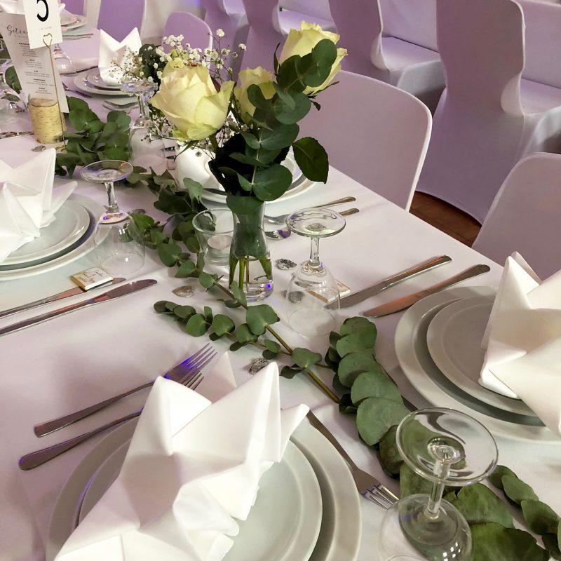 Blumenschmuck auf den Tischen