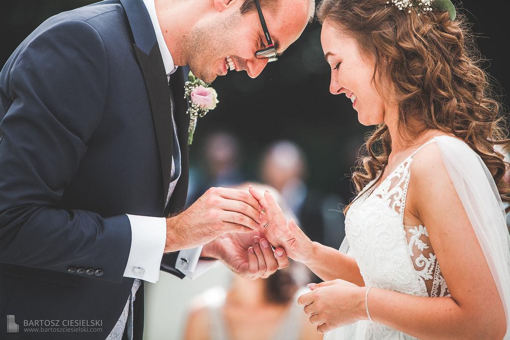 Maik steckt Mary den Ring an bei der Trauung im Wald-Café Bonn