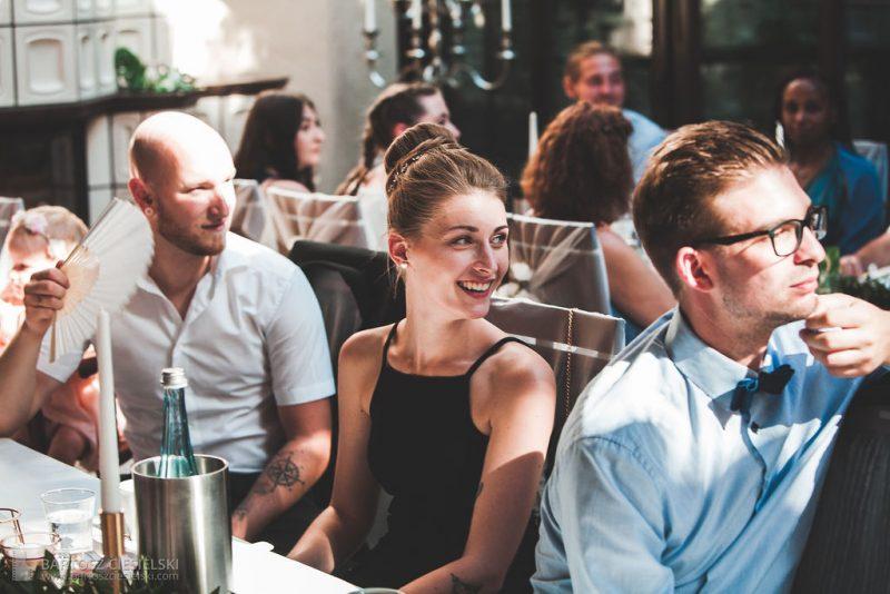 Hochzeitsgäste im Wald-Café Bonn