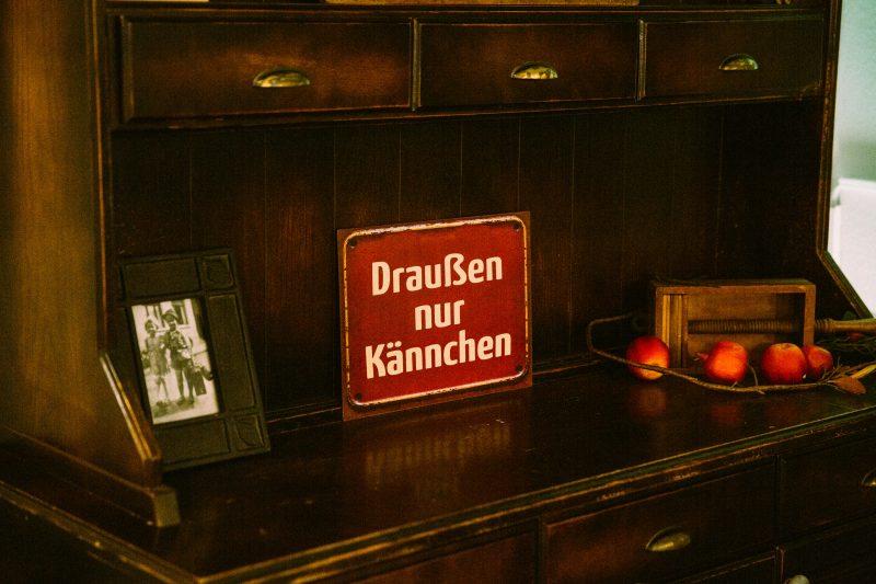 """Schild mit """"Draußen nur Kännchen"""" in Ruland's Zehnthof"""